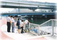 運河沿いの船着場