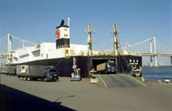 写真:ローロー線からトラックが港に降りる様子