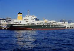 写真:港から出航した専用船の様子